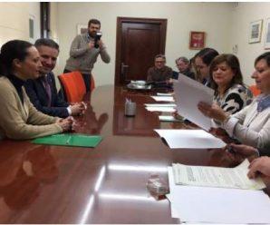 Junta, Diputación y ayuntamientos renuevan convenios para apoyar a las familias con menores en riesgo